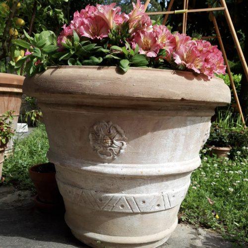 terakotový kvetiáč s motívom