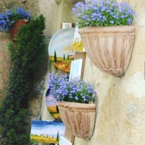 terakotove kvetinace na stenu